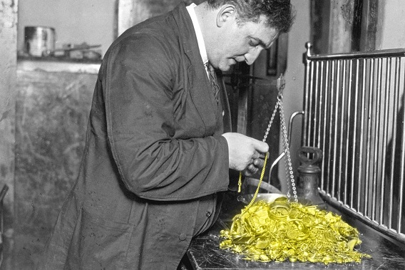 Gold Price Drops To Bottom